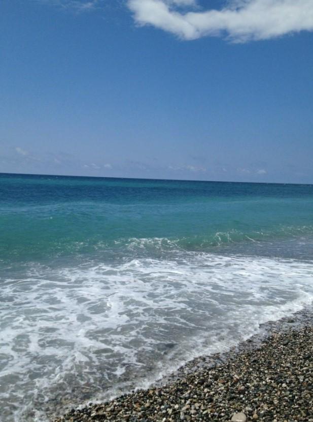 фото: пляж с галькой в Пицунде