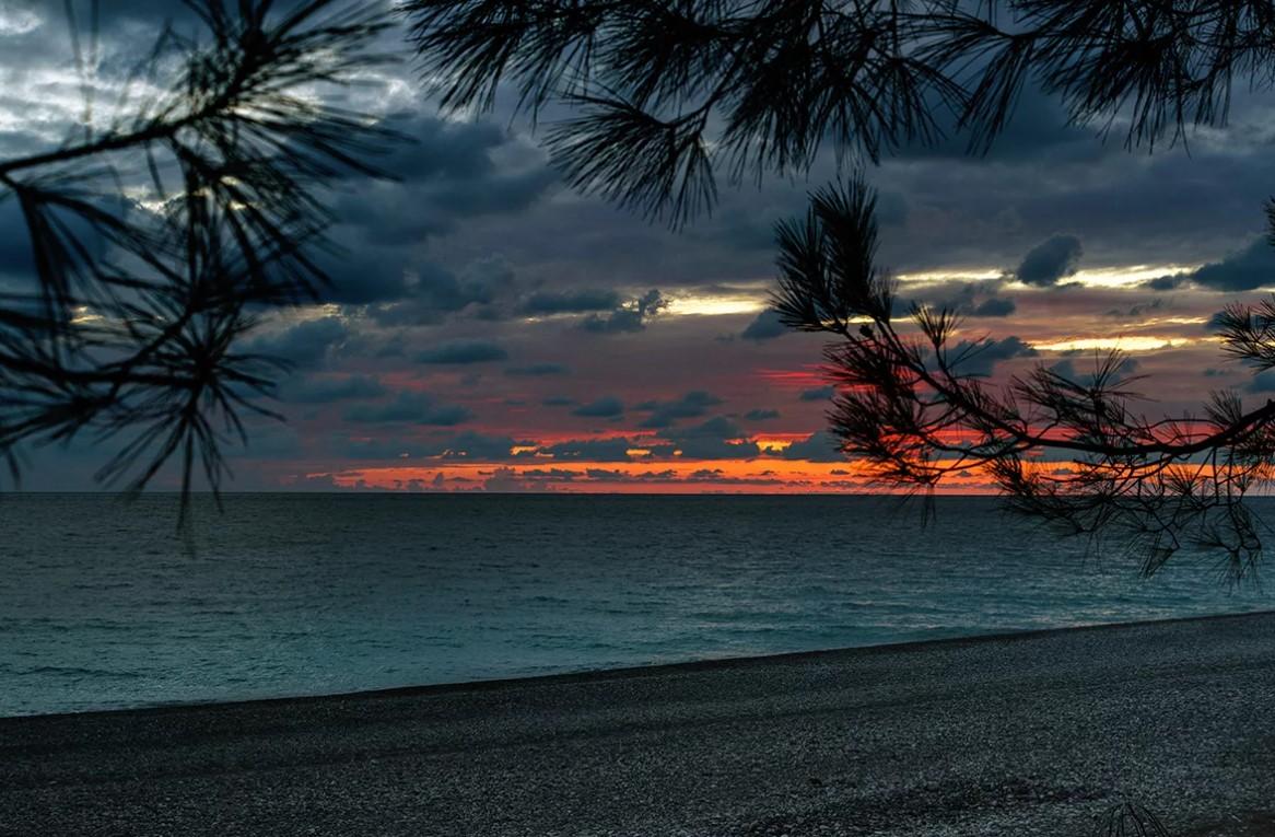 фото: пляж в Пицунде, вечер