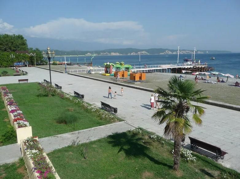 Набережная Пицунды и пляж курорта