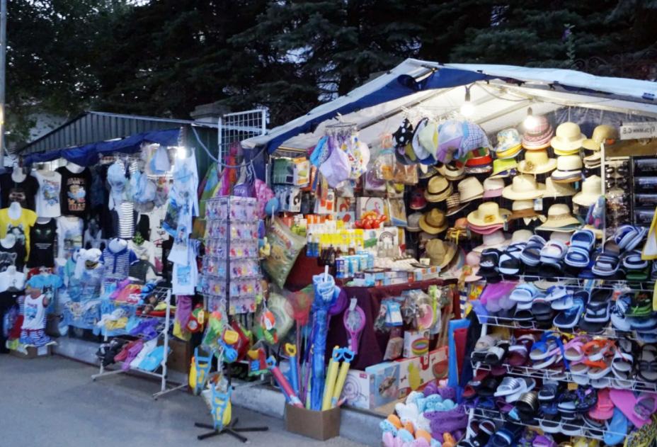 Купальники, плавки, кепочки можно купить в центре города