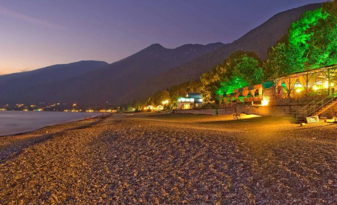 Фото: пляж вечером, Гагры, Абхазия