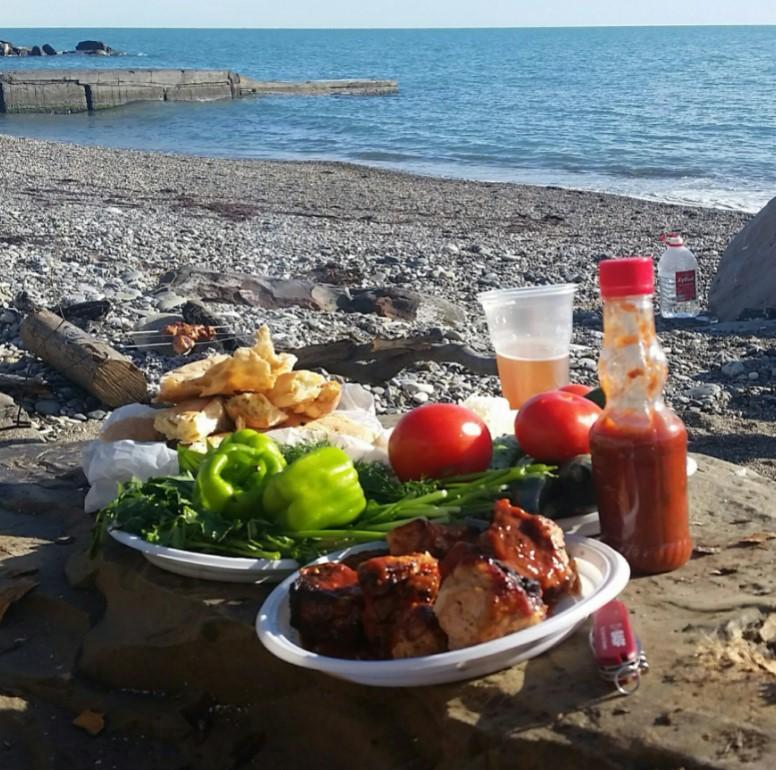 пляжи Гагры предлагают услуги массажа, пиво и закуски